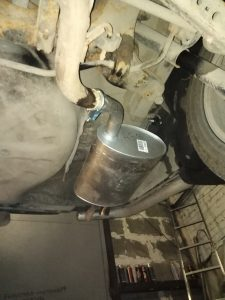 Для установки понадобится герметик для выхлопных систем и хомут глушителя.